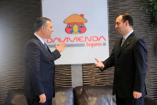 Roy Cole, gerente general de Davivienda Seguros (izquierda) y Arturo Giacomin, presidente de Corporación Davivienda luego de la adquisición del 51% de las acciones de Seguros Bolívar en Costa Rica.