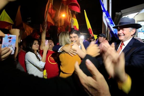 Carlos Alvarado es recibido por un grupo de simpatizantes a las afueras de Canal 7, después del debate de este martes 30 de enero. Foto: Rafael Pacheco