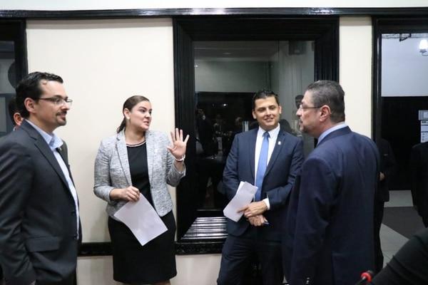 El Ministro de Hacienda Rodrigo Chaves se reunió dentro del Plenario Legislativo con varios diputados para discutir asuntos fiscales que tienen que ver con el coronavirus Covid-19. Foto Aarón Sequeira