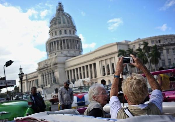Un turista toma fotos del Capitolio Nacional hoy, martes 27 de enero de 2015, en una calle de La Habana (Cuba).