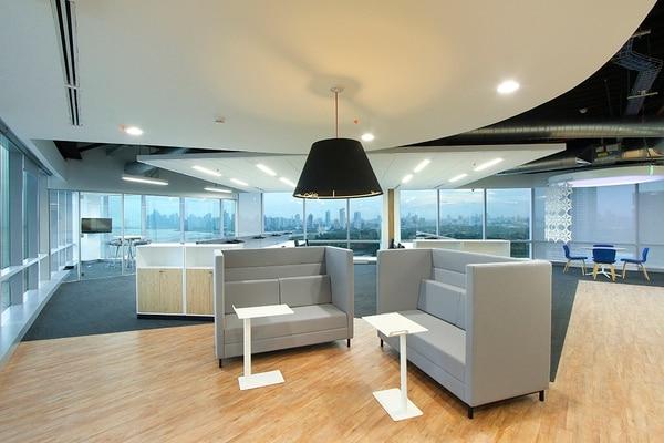 Dependiendo del espacio con el que cuente, puede habilitar diversas áreas de trabajo: unas más abiertas y otras privadas.