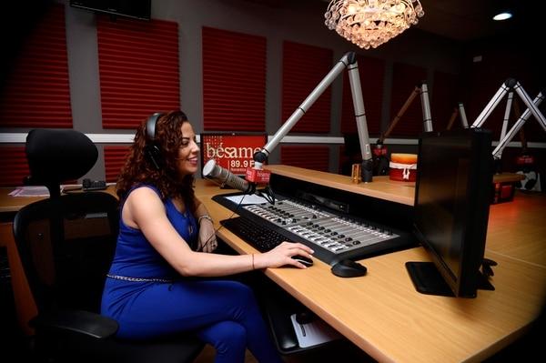 Bésame es una de las radios que quedaría en manos de Multimedios, de aprobarse la compra. En la foto Lussania Víquez, locutora de Bésame. (Fotos de Diana Méndez)