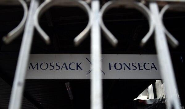 Letrero en las afueras del edificio de la firma de abogados Mossack Fonseca.
