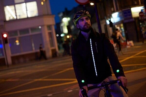 Ford desarrolló una chaqueta inteligente para ciclistas que posee luces led las cuales se activan al hacer un giro a la izquierda o derecha, así como cuando se presiona el freno.