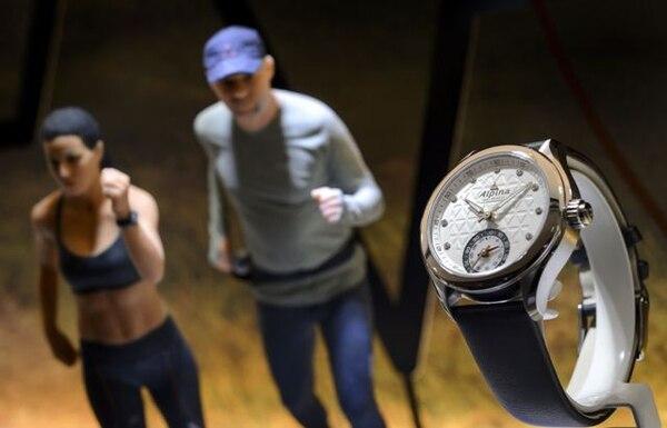 Un reloj conectado se exhibe en para la feria Baselworld, gran cita internacional de la relojería y la joyería. Después de años de crecimiento para los relojeros Baselworld abre este año en un ambiente de incertidumbre por la competencia del reloj inteligente.