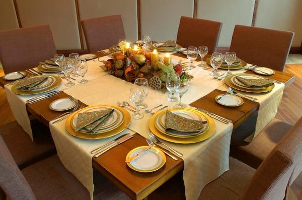 Las actividades de fin de año suelen incluir cenas formales, que invitan a la práctica de la etiqueta en la mesa.