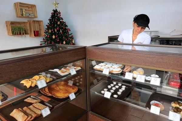 Varias de las cocineras de Repostería Samar son las nietas de las mujeres que empezaron el negocio con Julia Piñeres hace 50 años. Foto: Rafael Pacheco