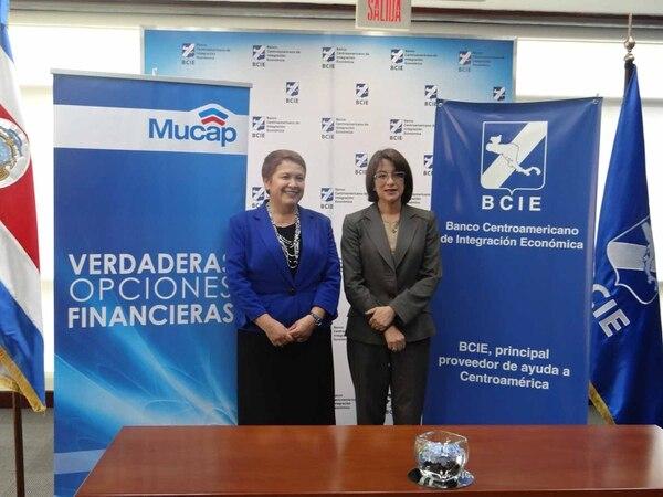 Hazel Cepeda (derecha), gerente BCIE de Costa Rica, y Eugenia Meza (izquierda), gerente de MUCAP, firmaron el convenio de ampliación de crédito el 5 de mayo.