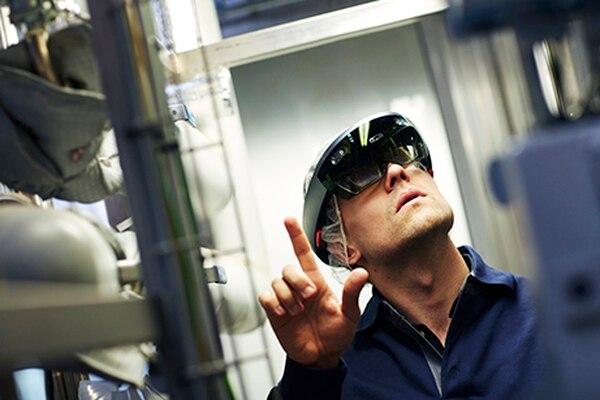 Con los HoloLens el colaborador de la empresa se ubica frente a una máquina o equipo con algún problema técnico y un especialista de Tetra Pak, que recibe la imagen desde el lente a su computadora, puede guiarlo de manera remota.
