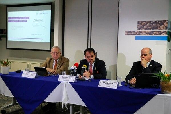 """17/01/2018. Plaza Tempo, Escazú. Hora: 11:15 a.m. La Coalición de Iniciativas para el Desarrollo (CINDE) presentó este miércoles los """"Resultados de atracción de inversiones 2017 y proyecciones para el 2018"""" en una conferencia realizada en la sede del Ministerio de Comercio Exterior en Plaza Tempo, Escazú. En la conferencia participaron (de izquierda a derecha) el presidente de CINDE, Luis Gamboa; el ministro de Comercio Exterior, Alexander Mora, y el director general de CINDE, Jorge Sequeira. Fotos: Mayela López"""