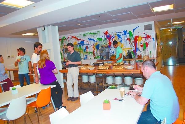Los Googlers pueden desayunar, almorzar y merendar gratis en el comedor. Este es un espacio diseñado para crear vínculos entre el personal.