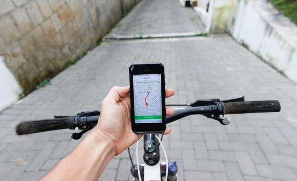 Quienes transportan los alimentos en bicicleta tienen una app en su celular que les permite recibir los pedidos.