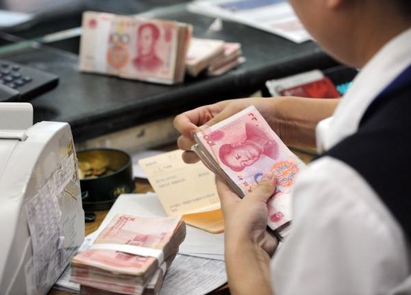 2- Cambias la moneda, digamos que sos el gobierno e inventas un nuevo  billete