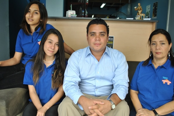 Marisol Dittel, Lucía Calvo, Roberto Bolaños (dueño) e Isabel Barquero son parte del equipo de Todo Mascotas CR.