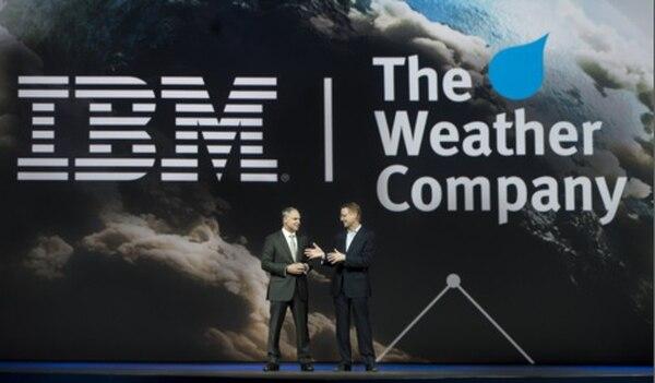 Bob Picciano (izq), vicepresidente senior de IBM, y David Kenny, presidente y CEO de The Weather Company, anuncian la operación en la 'IBM Insight Conference' en Las Vegas.