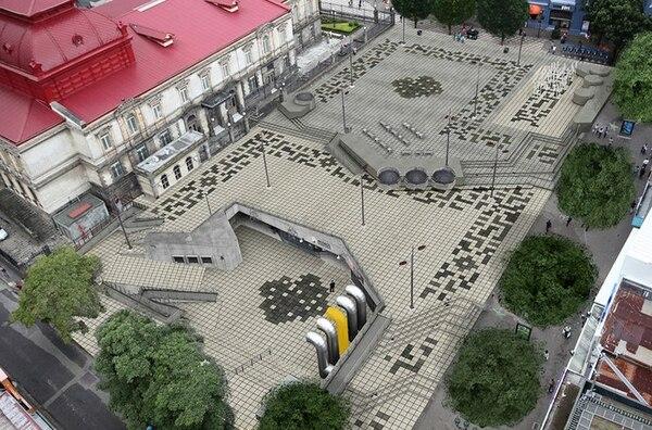 La construcción de la Plaza de la Cultura requirió de extraer casi 45 mil metros cúbicos de tierra. Se estrenó en 1982, con un costo de ¢120 millones de aquel entonces (¢5200 millones si se transforma la estimación a valor presente)