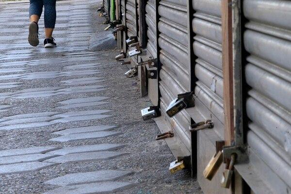19/07/2020 Cartago. Más candados que gente, en la avenida del comercio de Cartago, el domingo anterior a las 9:25 a.m., por restricción sanitaria. La escena es recurrente en todos los comercios de los cantones con alerta naranja. Foto: Rafael Pacheco