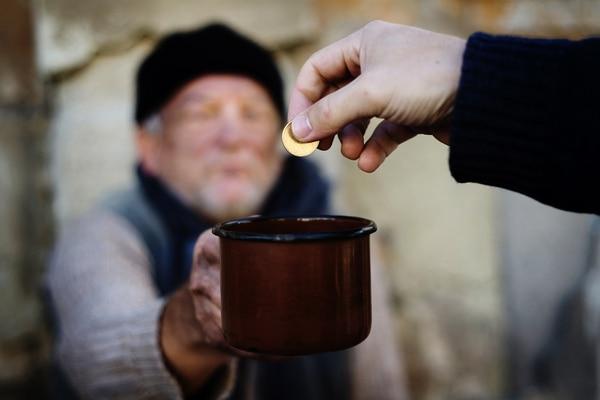 ¿Quién puede ofrecer moneda global para los pobres y según qué condiciones regulatorias?