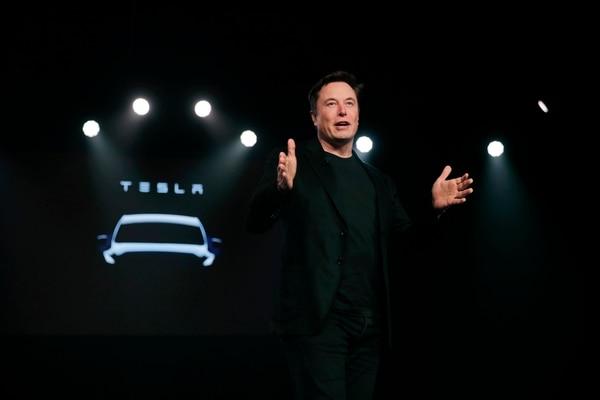 Elon Musk, principal accionista de Tesla, comprará $25 millones en acciones de su compañía, durante una movida para el levantamiento de fondos hasta por $2.700 millones. Foto: AP