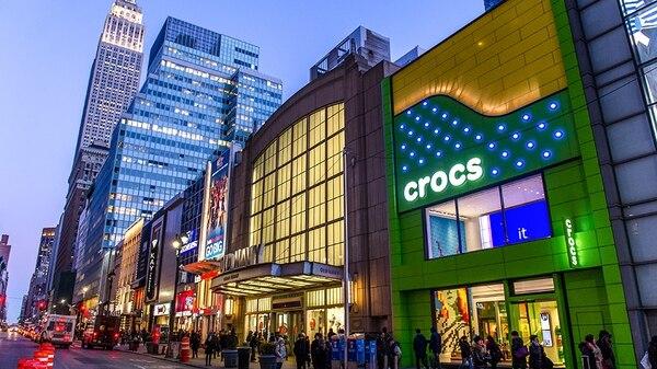 La marca de zapaterías Crocs anunció el cierre de 160 puntos de venta físicos en Estados Unidos este 2017. Crocs tiene presencia en diversas partes del mundo, incluida Costa Rica, pero también maneja ventas online .