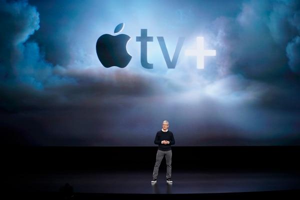 Tim Cook, CEO de Apple presenta el nuevo servicio de la compañía TV+. Foto: AP/Tony Avelar.