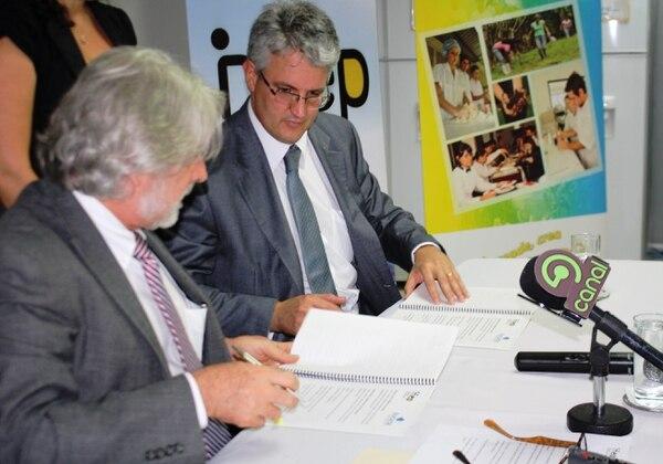 El ministro de Educación Leonardo Garnier y el Superintendente Tomás Soley firmaron el convenio.