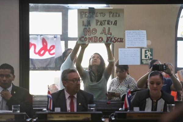 Mientras los diputados votaban las mociones, en la barra del público de la Asamblea ciudadanos llegaron a ejercer presión en contra del proyecto fiscal. Fotografía: John Durán