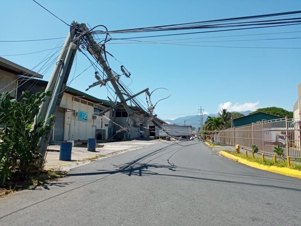 Ya sea por mal estado o por choque de vehículos, la caída de postes implica el 63% de los incidentes que reporta Cabletica. (Foto archivo GN)