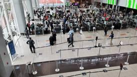Nuevas restricciones de viajes acrecentan temor de una recaída del transporte aéreo