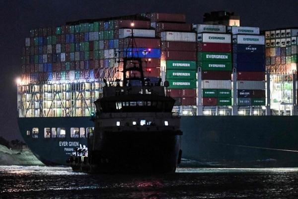 Tráfico de mercancías se reanuda por el Canal de Suez Photo by Ahmed HASAN / AFP)