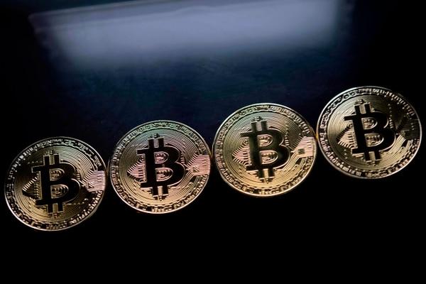 7/12/2017. AFP. EF. Estas son monedas de plata de Bitcoin utilizadas como souvenir en Londres. Los mercados financieros mundiales estaban inquietos este 7 de diciembre y los inversionistas se tomaban un respiro mientras la moneda virtual sopresaba un nuevo record y llegaba a los $17.000, debido a un frenezi de compras especulativas, según analistas.