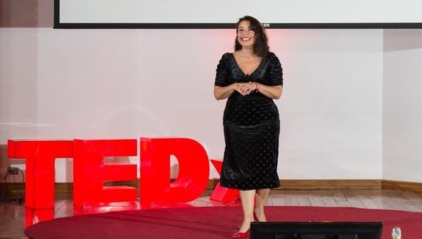 Raquel Hernández ofrecerá su monólogo 'Soy Mujer y no me disculpo' el 24 y 25 de este mes en el teatro La Fortina. En la fotografía, se puede ver a la actriz en el TEDx Llorente Women de este año, evento en el que contó sus experiencias. (TEDx Llorente Women para EF)
