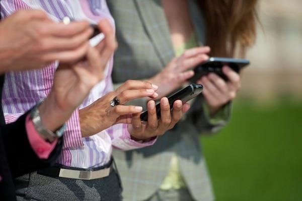 Un 68% de los latinos con edades entre 18 y 30 años posee un teléfono inteligente.
