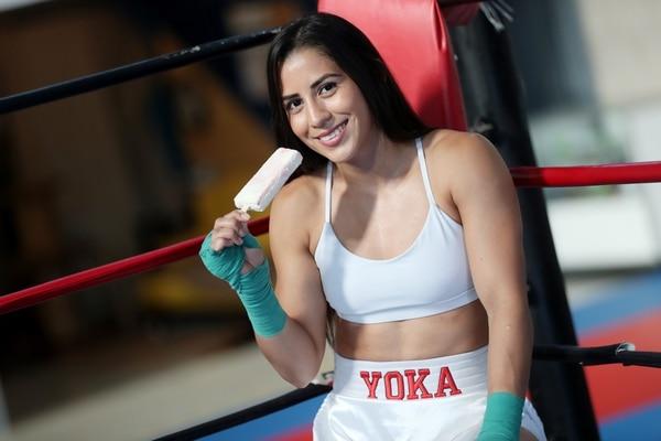 La boxeadora costarricense Yokasta Valle participó en una de las promociones en redes sociales con Los Paleteros, en 2017. Fotografía: John Durán.