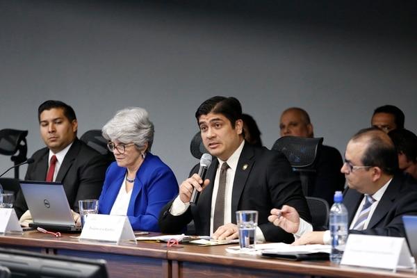 En octubre anterior Carlos Alvarado, presidente de la República y Rocío Aguilar, ministra de Hacienda, se presentaron ante la Corte Plena para defender el tope a las pensiones millonarias con cargo al Presupuesto Nacional. Foto: Albert Marín.