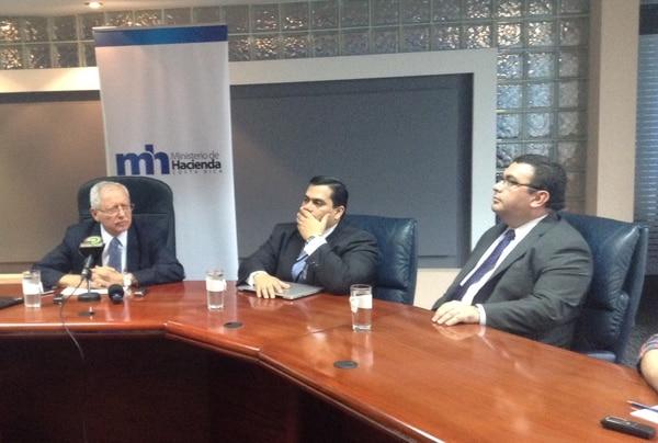 Helio Fallas, ministro de Hacienda. A su lado, José Francisco Pacheco, viceministro de Egresos, y Fernando Rodríguez, viceministro de Ingresos.