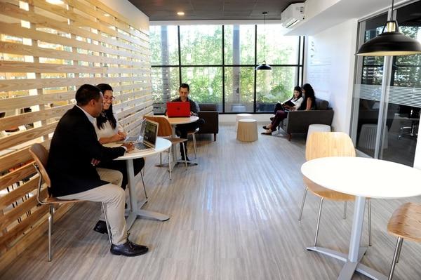 Su empresa, negocio o startup puede obtener beneficios comerciales en LinkedIN, pero sus acciones deben estar digididas por una estrategia comunicacional en línea con sus objetivos de negocio. En la foto personal de Pensaholic, una agencia digital especializada en Linkedin. (Foto Melissa Fernández)