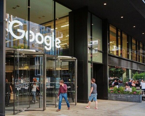 Google, Apple y Amazon establecieron centros de investigación e ingeniería en Gran Bretaña por medio de la adquisición de universidades locales. Estos gigantes han invertido cientos de millones de dólares.