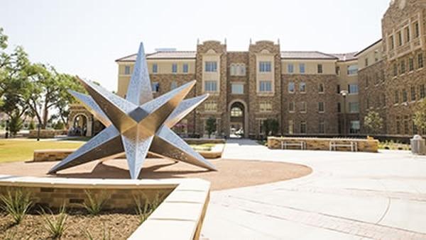La Texas Tech University tiene su sede central en Lubbock, Texas, y tenía 35.893 estudiantes en el 2015.
