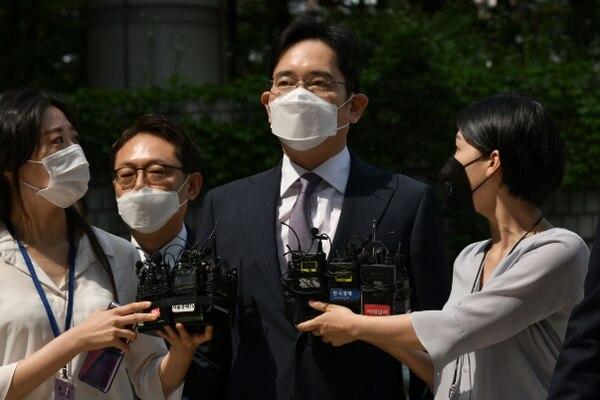 El heredero de Samsung, Lee Jae-yong, vicepresidente de Samsung Electronics, llega a la corte para revisar la emisión de su orden de arresto sobre una controvertida fusión de dos unidades de Samsung en el Tribunal de Distrito Central de Seúl en Seúl el 8 de junio de 2020. Lee fue encarcelado durante cinco años en 2017 por soborno, malversación de fondos y otros delitos en relación con un escándalo que derrocó a la presidenta surcoreana Park Geun-hye. Foto: AFP.