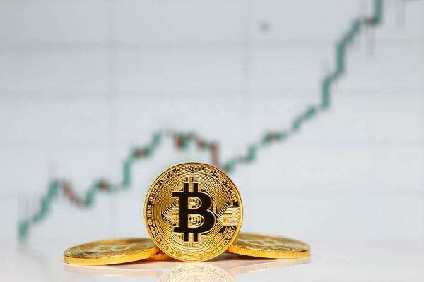 La criptomoneda más popular del mundo tuvo un 2020 positivo, pero los especialistas aconsejan prudencia y cuidado con la forma en qué se compran los bitcóin. (Fotografía: Shutterstock)