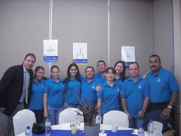 Luis Flores gerente general de Grupo Roble, acompaña a un grupo de colaboradores durante capacitaciones y sesiones de trabajo del programa Cero Pobreza Extrema.