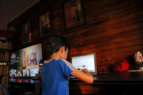 21/02/2018. San Isidro de Heredia. Hora: 05:00 p.m. Fotografías tomadas en una casa de habitación en San Isidro de Heredia, cantón que más suscripciones a internet de banda ancha posee en el país. Los chicos que habitan en esta casa (menores de edad) utilizan el internet en sus computadoras, televisores, tablets y celulares. Fotos: Mayela López