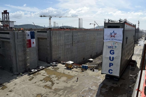 El Canal de Panamá, por el que pasa un 5% del comercio marítimo mundial, se está ampliando para que buques de hasta 14.000 contenedores puedan cruzarlo partir de 2016.
