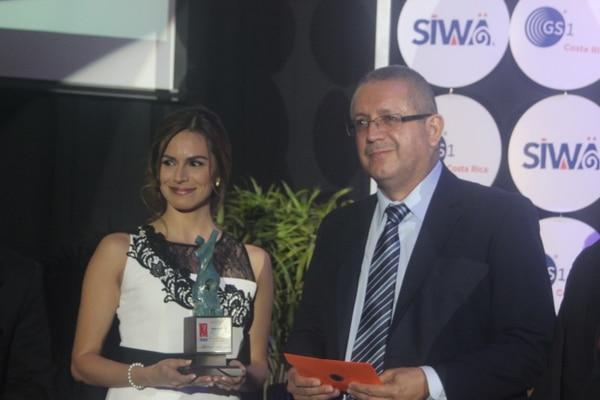 La periodista Evelyn Fernández tiene cuatro años de laborar en El Financiero. La noche de este jueves 7 de setiembre recibió el premio acompañada del director del semanario, José David Guevara.