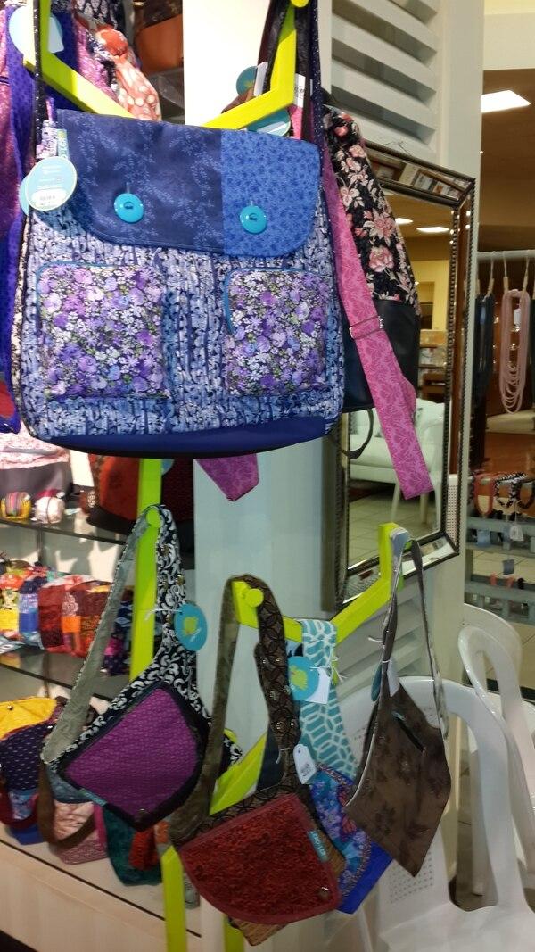 Ana Laura Vargas utiliza la técnica de quilting al crear sus bolsos y carteras, los cuales incluyen diferentes telas.