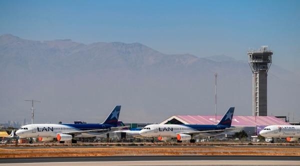 """En abril, en el pico de la epidemia de coronavirus, el tráfico mundial """"tocó fondo"""", con una caída del 94% con relación al año pasado, según la Asociación Internacional de Transporte Aéreo (IATA), que prevé un descenso de más de la mitad en los ingresos este año. Fotografía: AFP."""