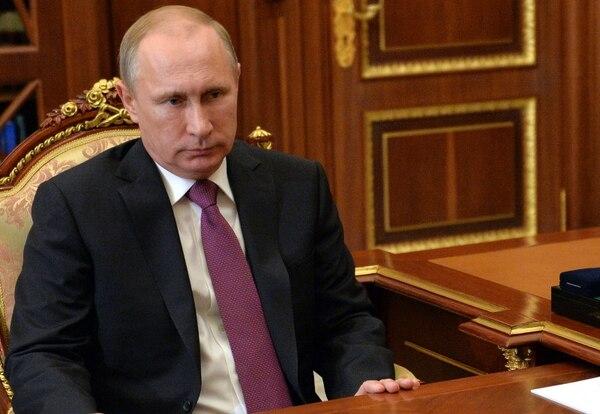 Los presidentes de Rusia, Vladímir Putin, y Venezuela, Nicolás Maduro, se reunirán mañana en Moscú para abordar, entre otros asuntos, la situación en el mercado del petróleo.