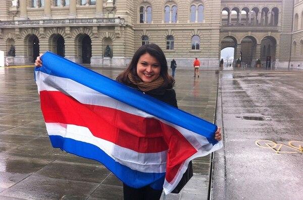 La tica Julieth Peraza votó el pasado 2 de febrero en una junta receptora de votos ubicada en Berna, Suiza. Ella fue parte de las 2.700 personas que emitieron su voto fuera de Costa Rica. En total el TSE había empadronado más de 12.000 personas para sufragar en 42 países.
