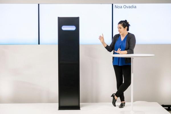 Noa Ovadia, polemista colegiada, en un debate con el programa de computadora de IBM —en desarrollo durante seis años— que muestra nuevos avances en la búsqueda de computadoras que puedan mantener conversaciones con humanos.